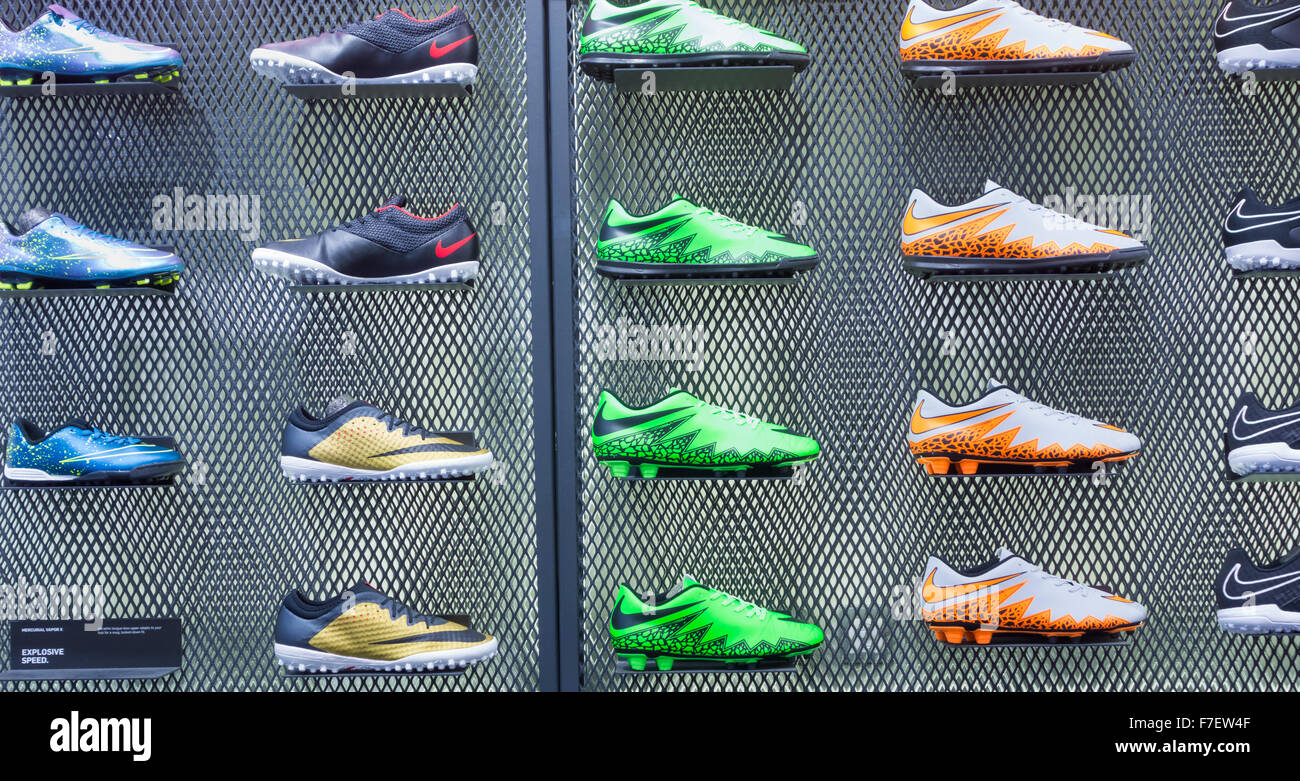 Scarpe Nike Football display JD in negozio di sport nel Regno Unito Immagini Stock