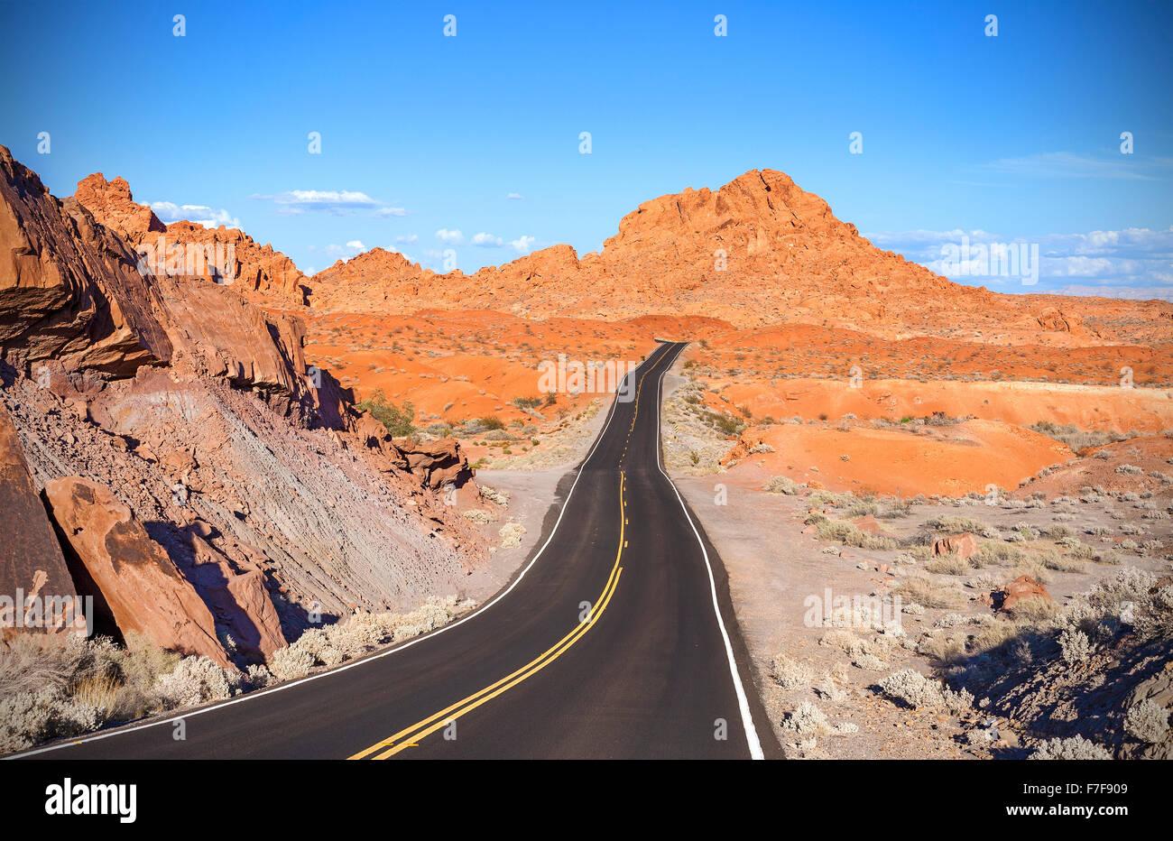 Deserto di avvolgimento autostrada, travel adventure concept, la Valle del Fuoco del parco statale, Nevada, Stati Uniti d'America. Foto Stock