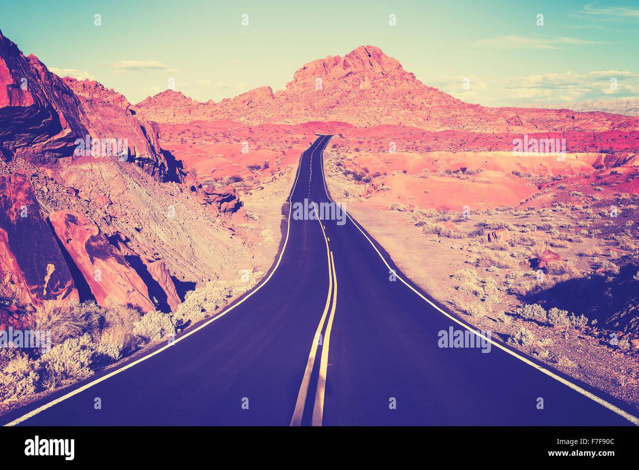 Vintage nei toni del deserto curvo autostrada, concetto di viaggio, STATI UNITI D'AMERICA. Immagini Stock
