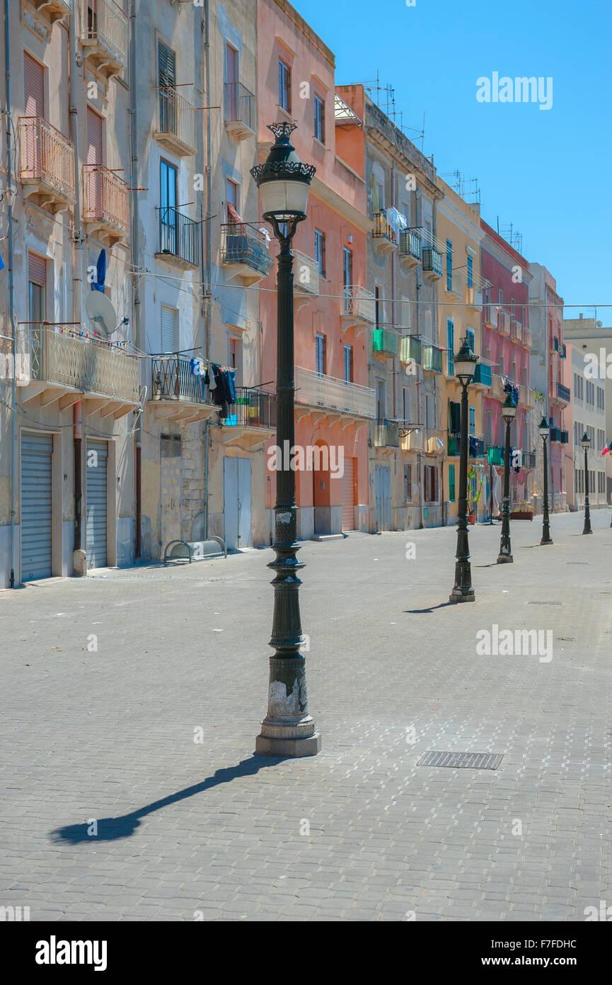 Sicilia architettura, color pastello edifici lungo la banchina del porto di Trapani, in Sicilia. Immagini Stock