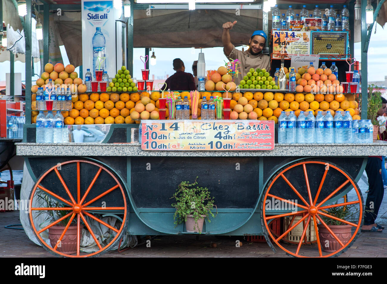 Fornitore del succo di frutta in Piazza Jemaa El Fna a Marrakech, Marocco. Foto Stock