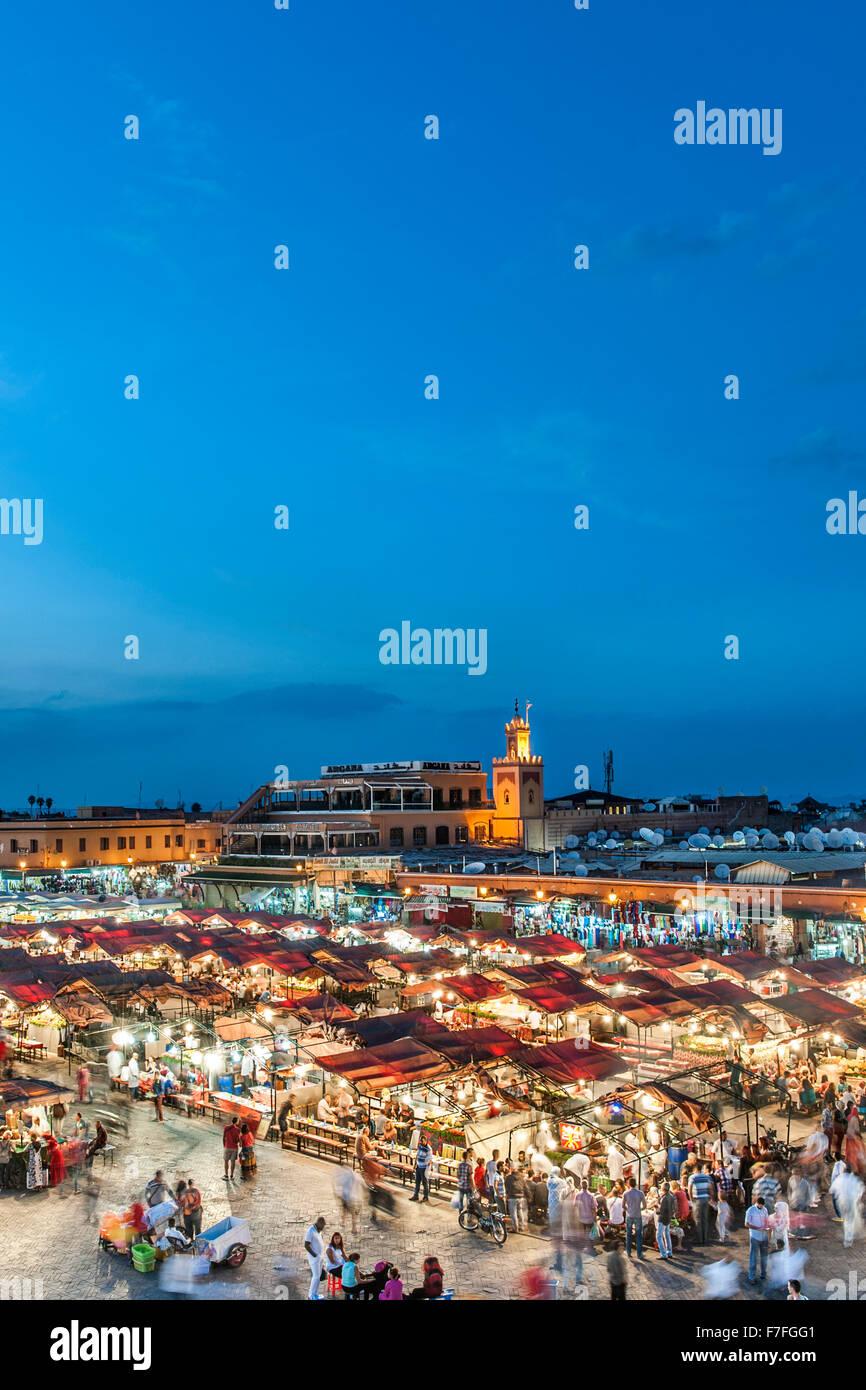 Vista del tramonto di stand gastronomici e la folla in Piazza Jemaa El Fna a Marrakech, Marocco. Immagini Stock