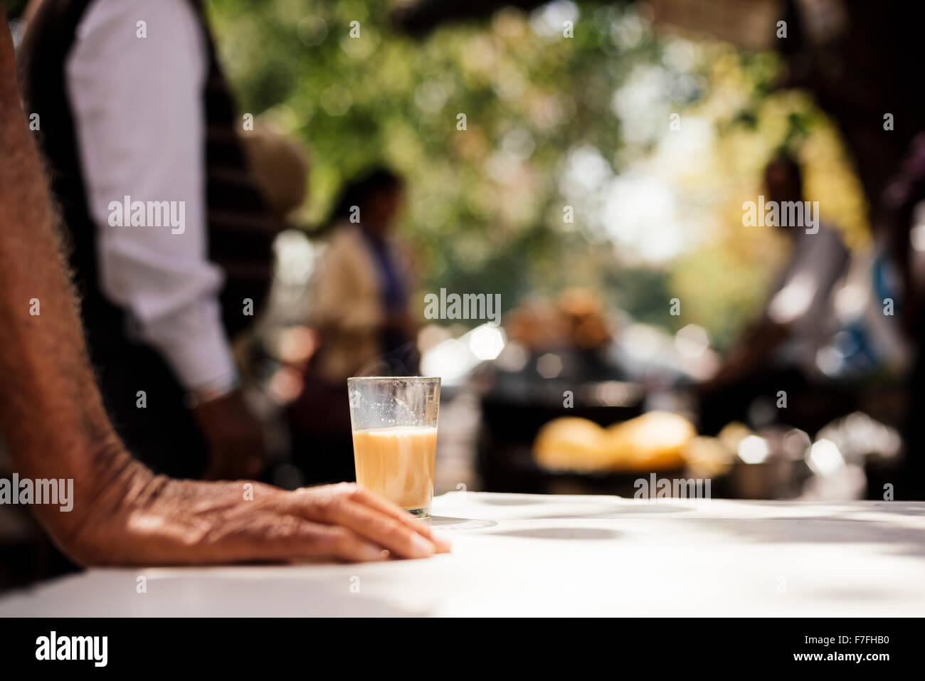 Uomo con bicchiere di Chai, settore 7, Chandigarh, Punjab / Provincia Haryana, India Immagini Stock