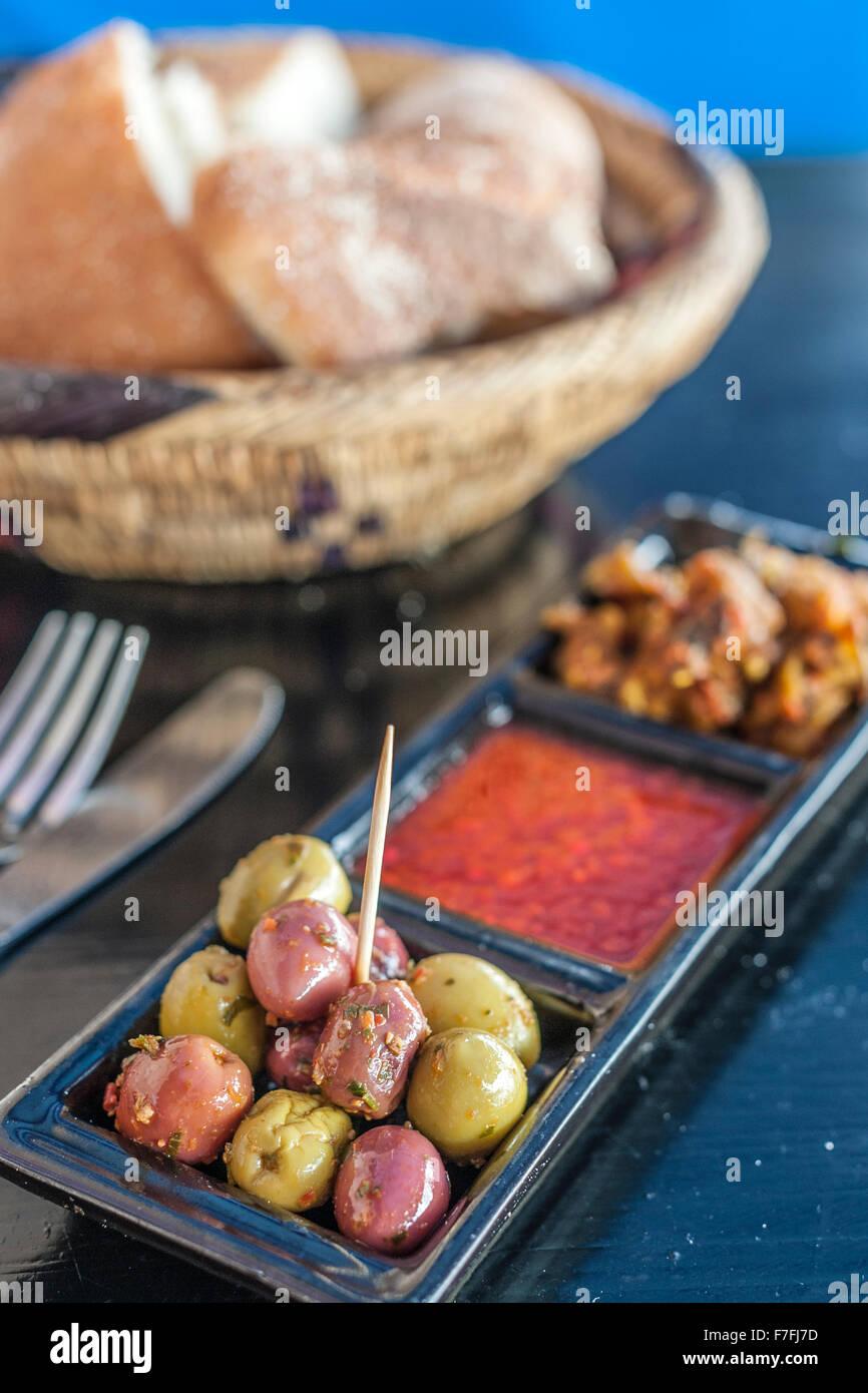 Olive e pane in una caffetteria in Marocco. Immagini Stock