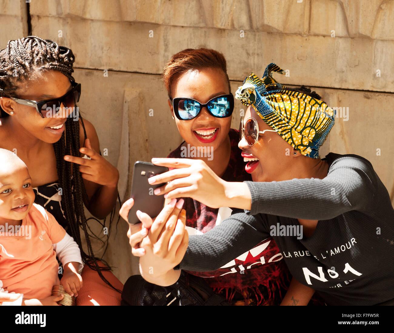 Elegante donne appendere fuori al mercato Neighborgoods nel Braamfontein quartiere del centro cittadino di Johannesburg, Immagini Stock