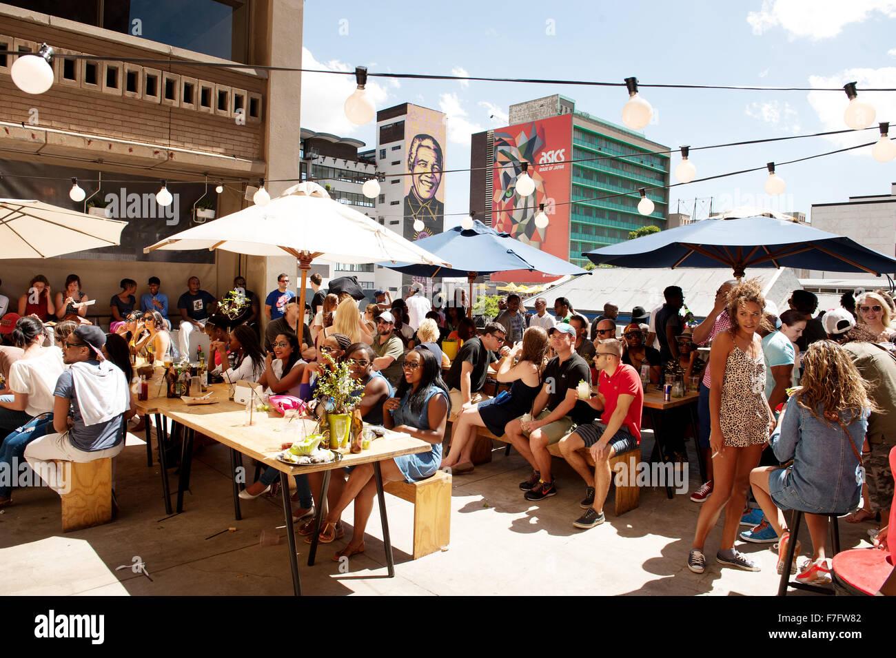 Un bar sul tetto al mercato Neighborgoods nel Braamfontein quartiere del centro cittadino di Johannesburg, Sud Africa. Immagini Stock
