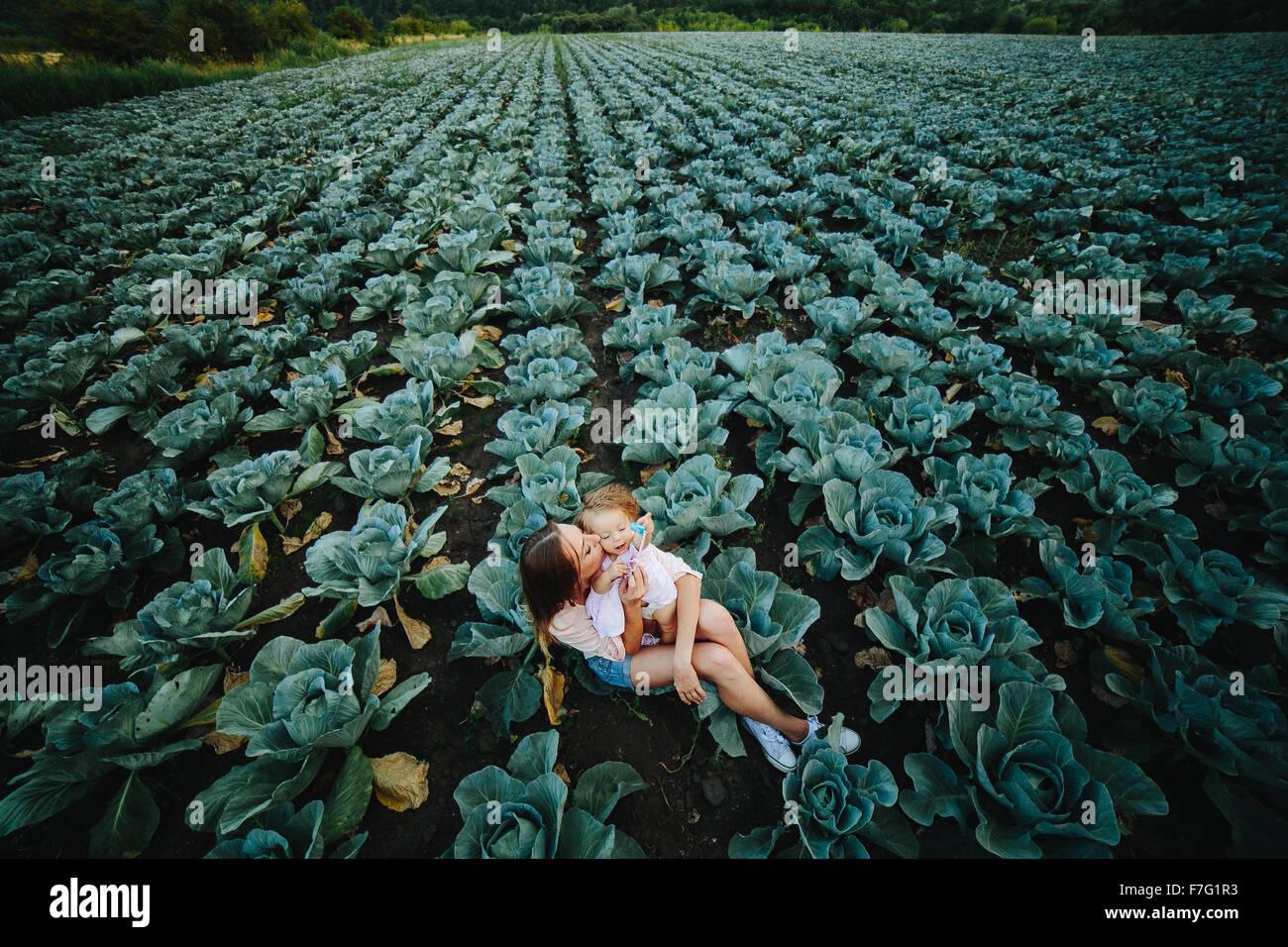 Madre e figlia sul campo con cavolo Immagini Stock