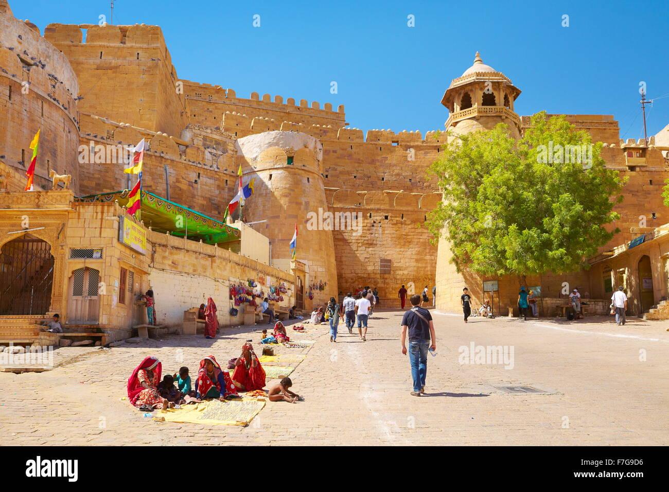 Il cancello di ingresso conduce al Forte di Jaisalmer, Jaisalmer, Rajasthan, India Immagini Stock