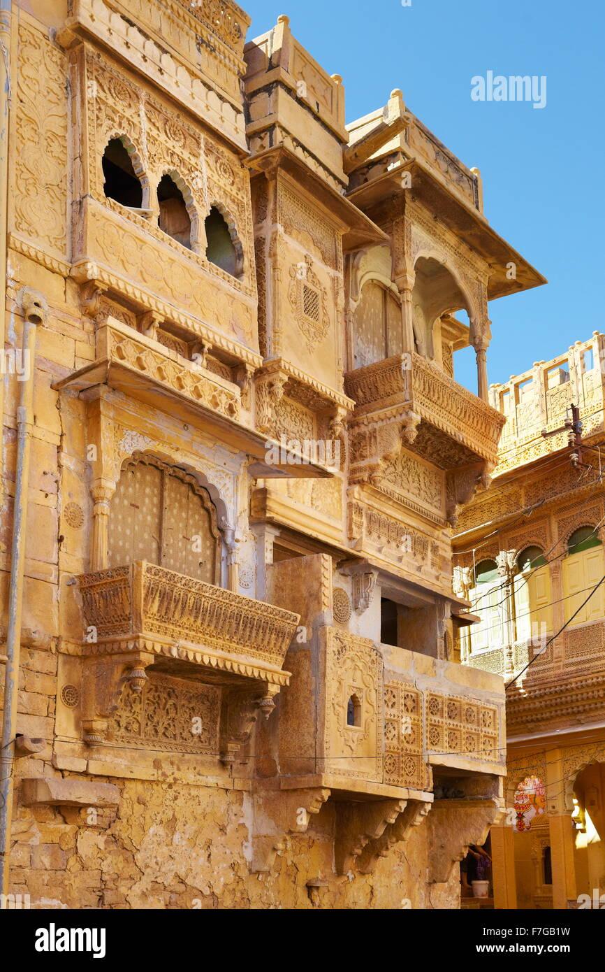 Le sculture in legno decorato in vecchio haveli (mansion) in Jaisalmer, Rajasthan, India Immagini Stock
