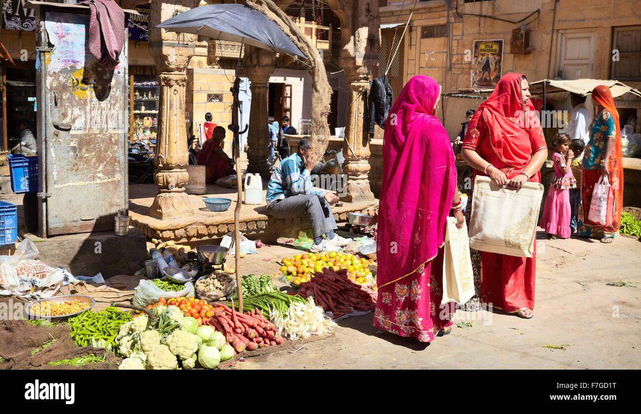 Jaislamer scena di strada con due india donne indù in rosso sari sul mercato, Jaisalmer, India Immagini Stock
