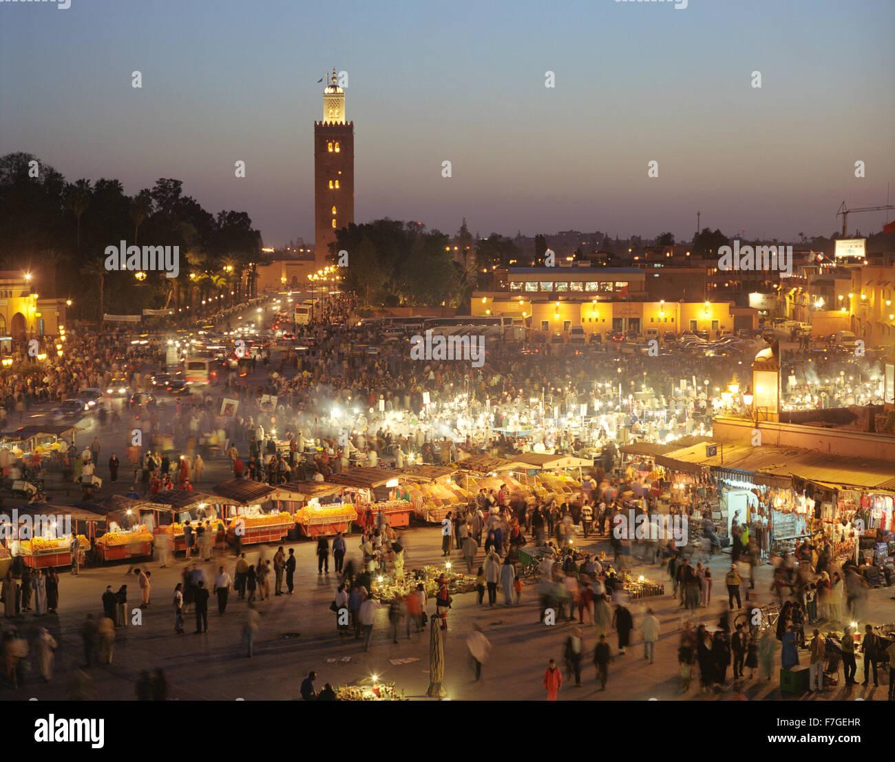 Una vista di bancarelle prodotti alimentari nel mercato e piazza Place piazza Jema al Fna a Marrakech al crepuscolo. Immagini Stock