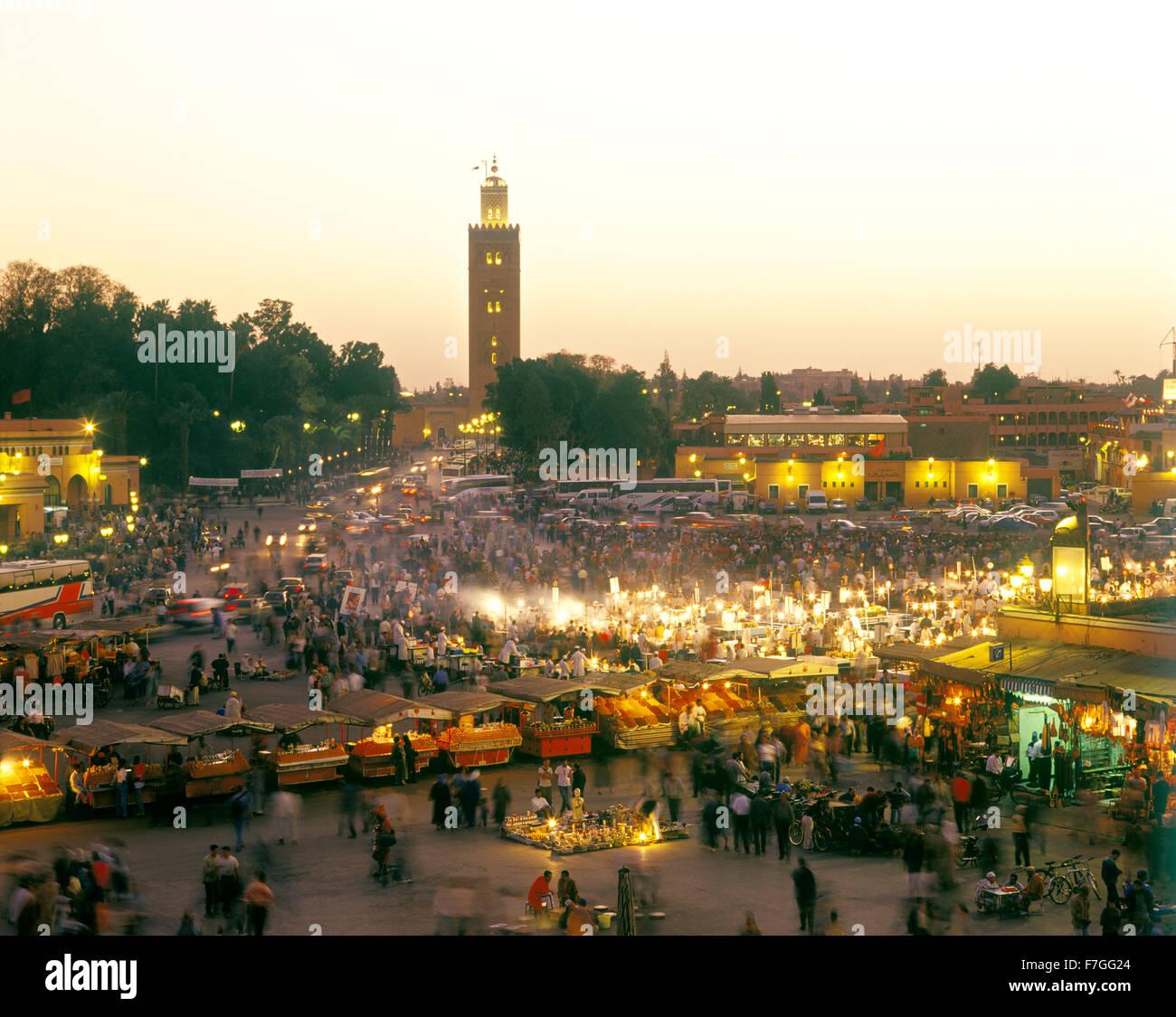 Una vista di bancarelle prodotti alimentari nel mercato e piazza Place piazza Jema al Fna a Marrakech durante il Immagini Stock