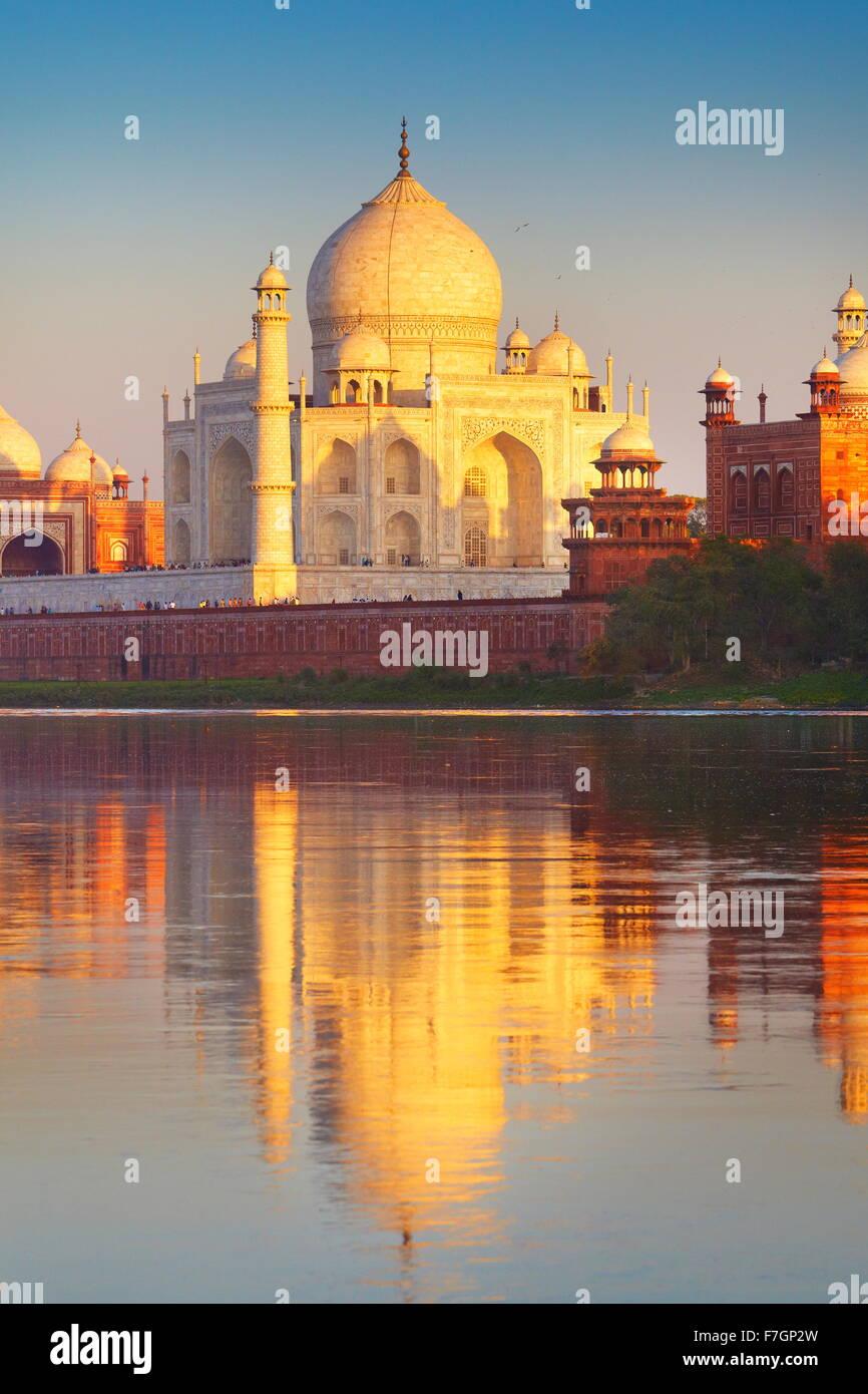 Taj Mahal e il fiume Yamuna, Agra, Uttar Pradesh, India Immagini Stock