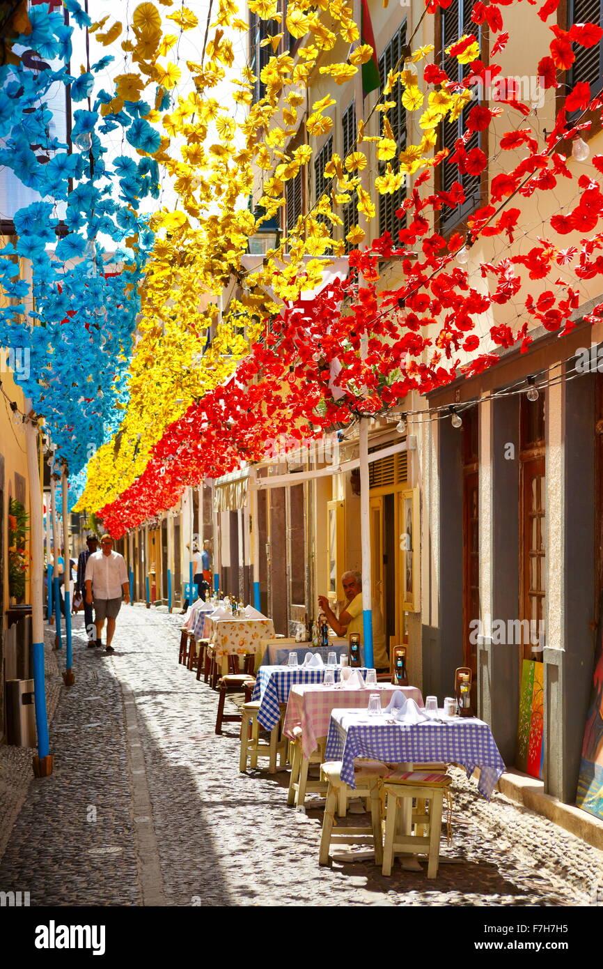 Street decorato con fiori di carta sulla festa di Madera, Funchal città vecchia, l'isola di Madeira, Portogallo Immagini Stock