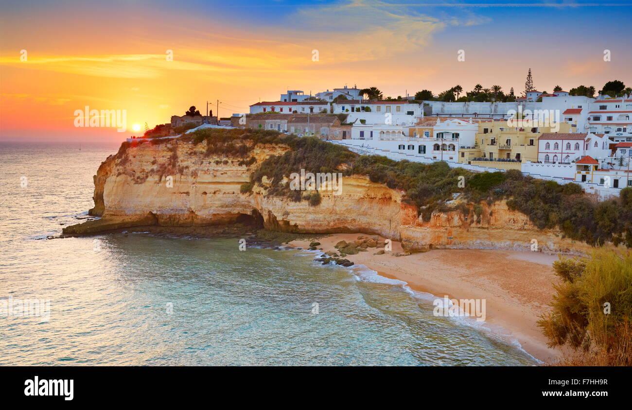 Tramonto a costa Algarve, Carvoeiro, Portogallo Immagini Stock