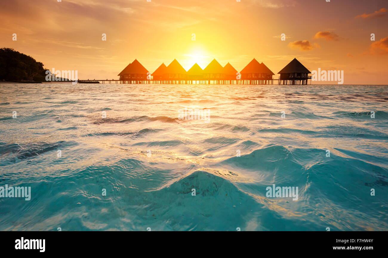 Tramonto alle Maldive isola tropicale, atollo di Ari Immagini Stock