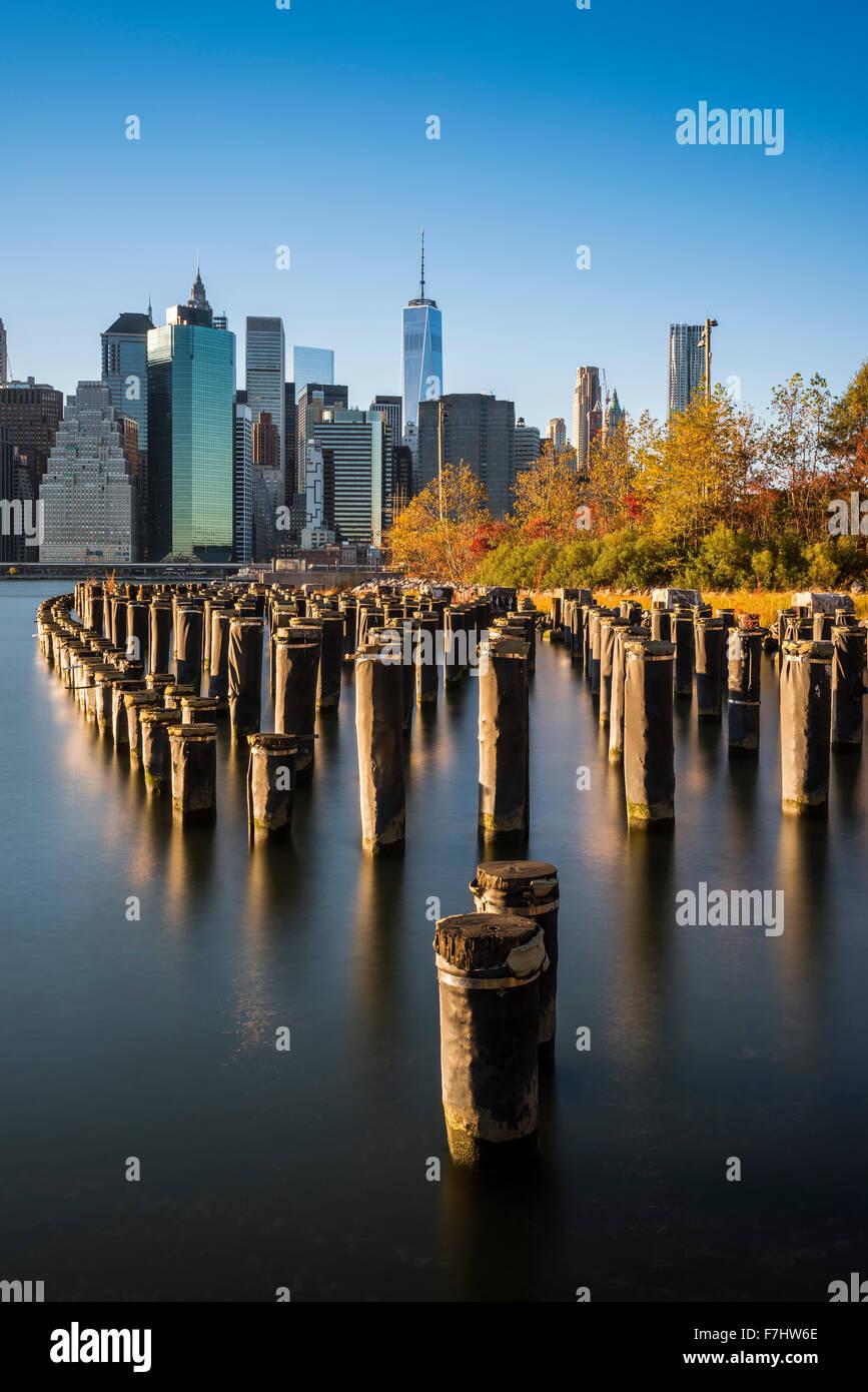 La parte inferiore di Manhattan skyline al tramonto dal ponte di Brooklyn Park, Brooklyn, New York, Stati Uniti d'America Foto Stock