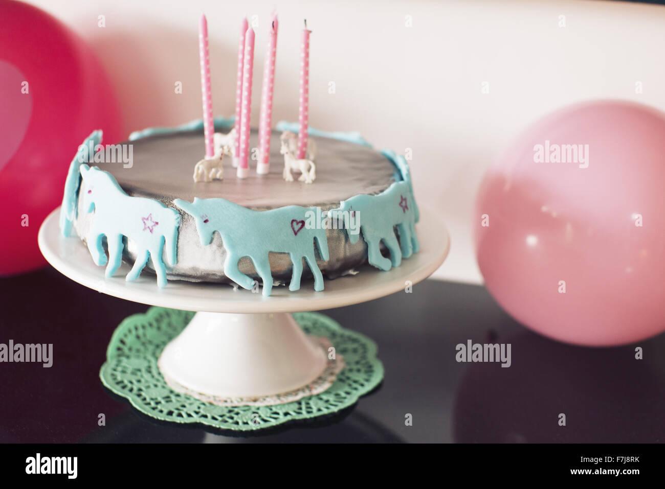 Torta di compleanno decorata con unicorns Immagini Stock