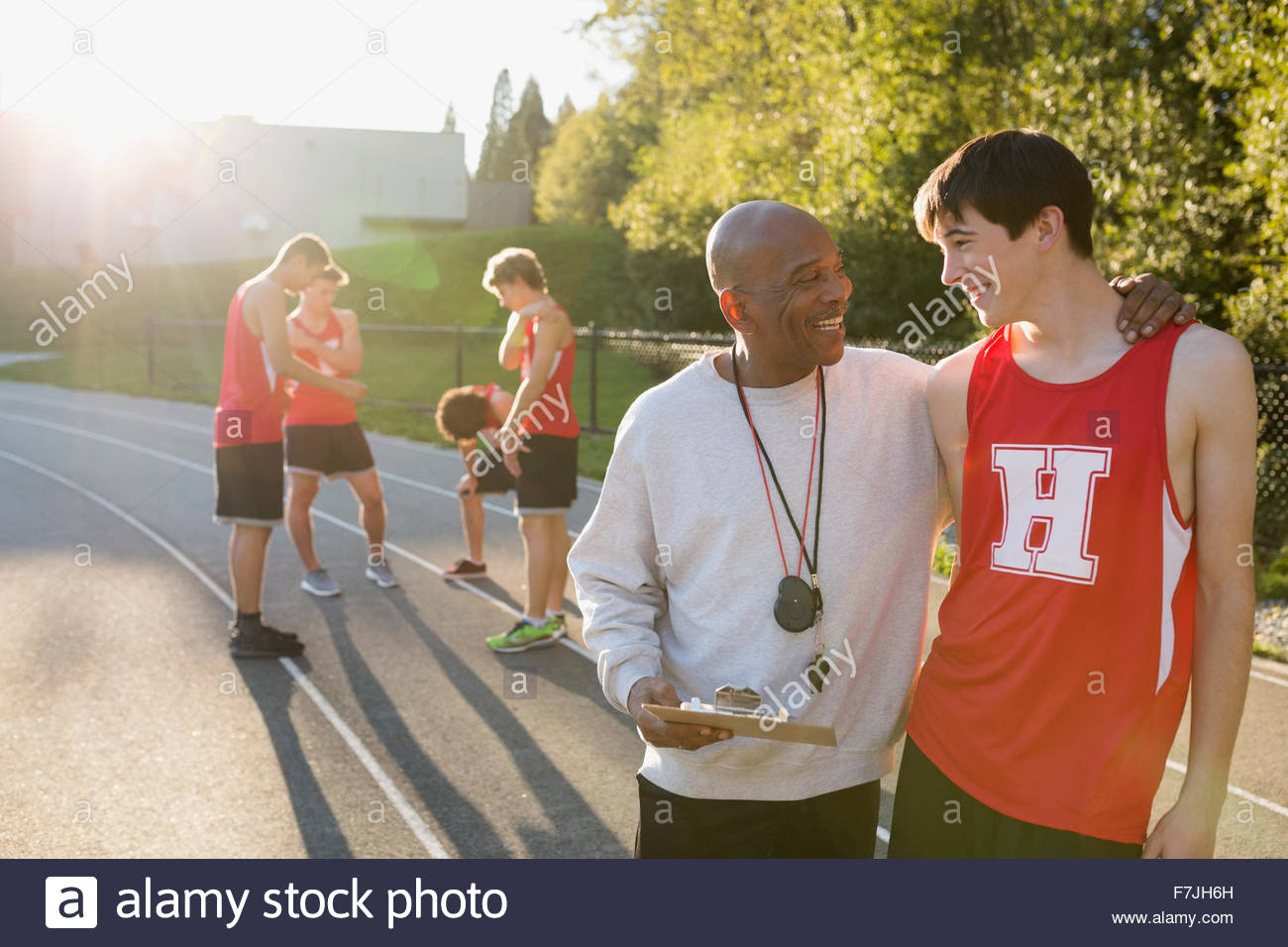 Orgogliosa coach di alta scuola via e atleta di campo Immagini Stock