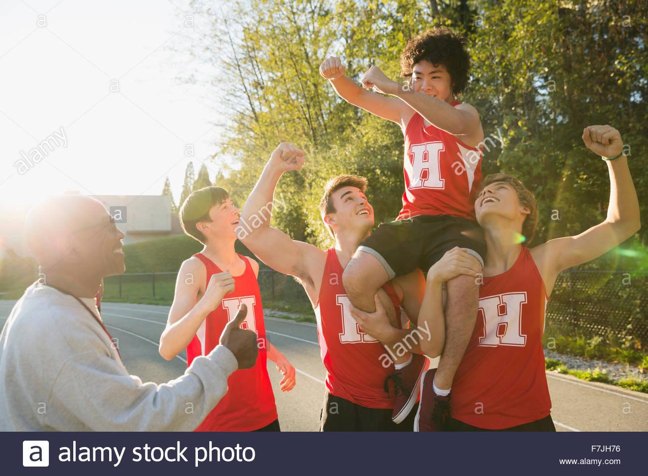 Entusiasta di alta scuola via e il campo team festeggia Immagini Stock