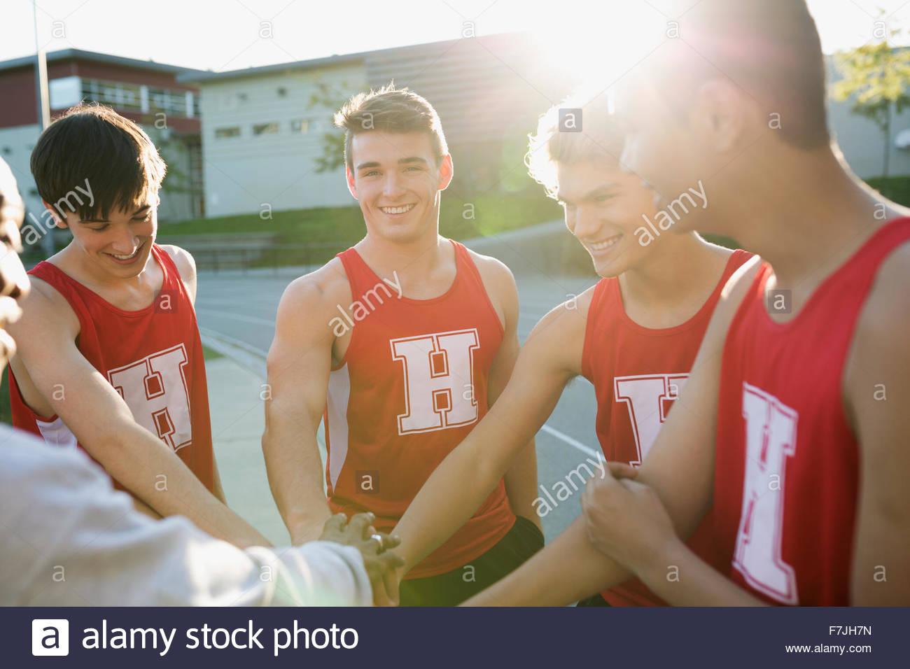 Alta scuola via e il campo team huddle Immagini Stock