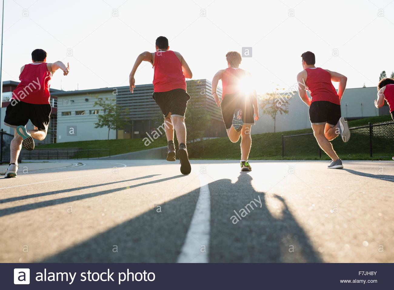 Alta scuola via e agli atleti una pista per la corsa Immagini Stock