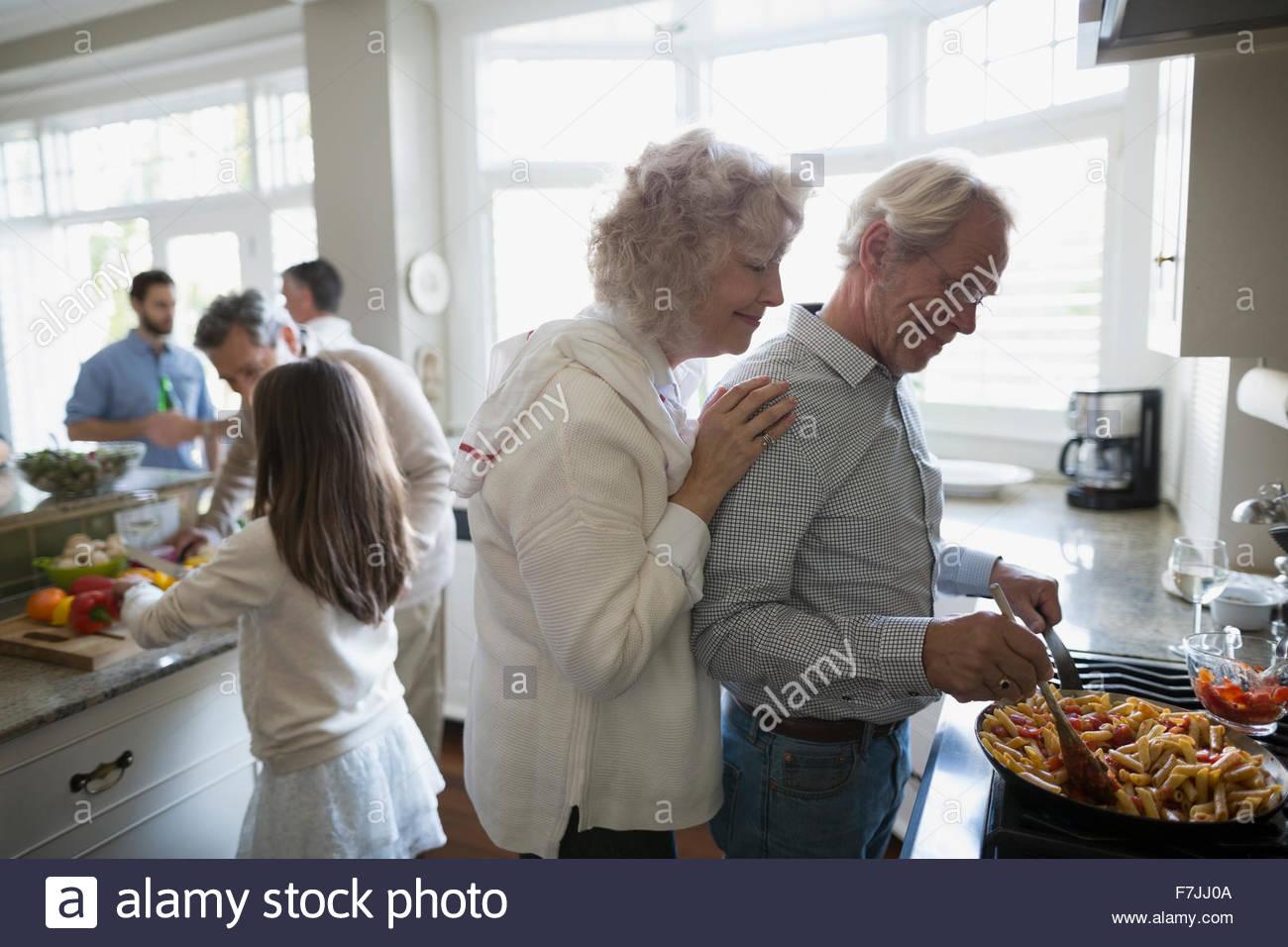 Coppia senior cottura a fornello da cucina Immagini Stock