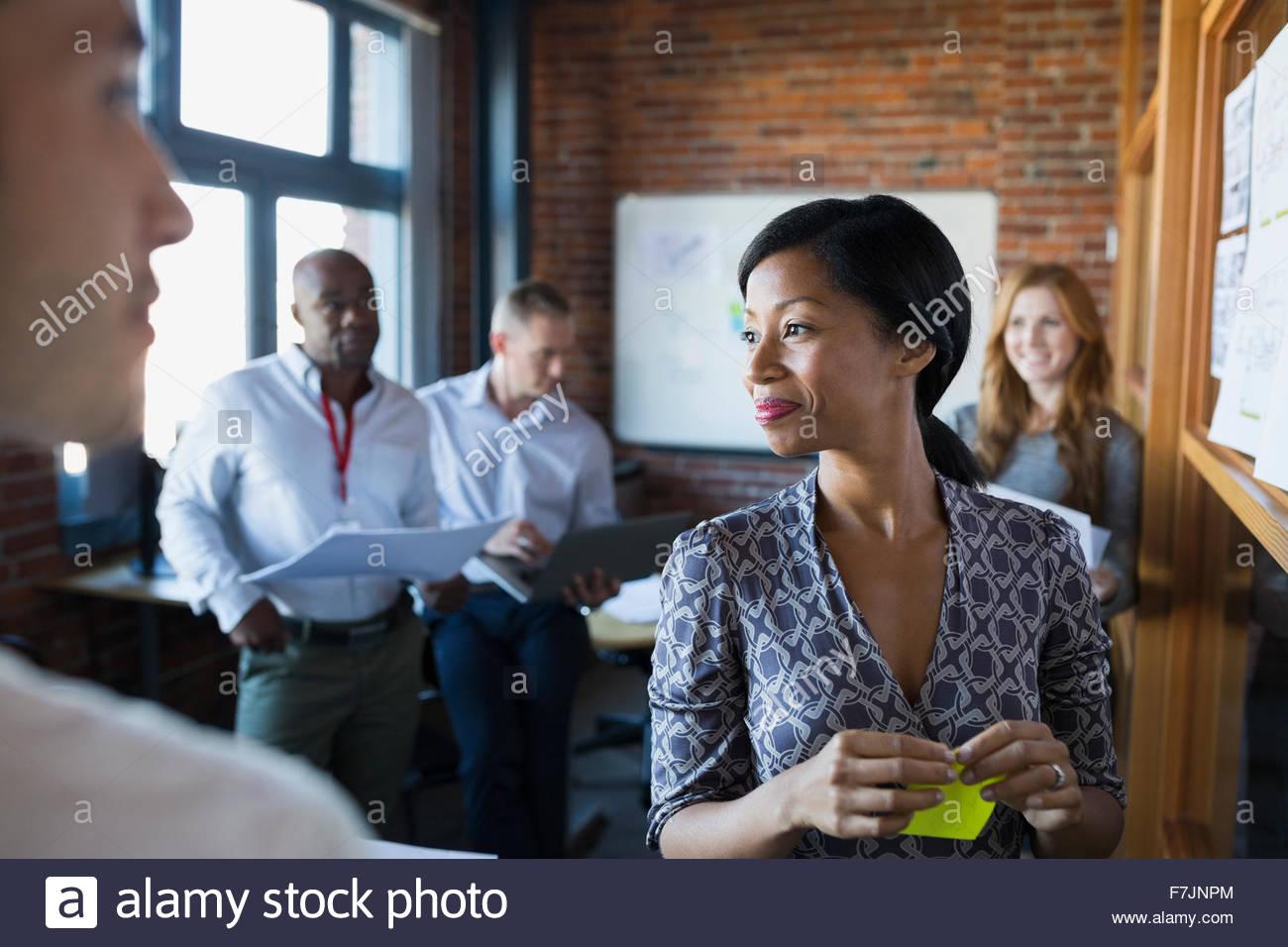La gente di affari di brainstorming in riunione Immagini Stock