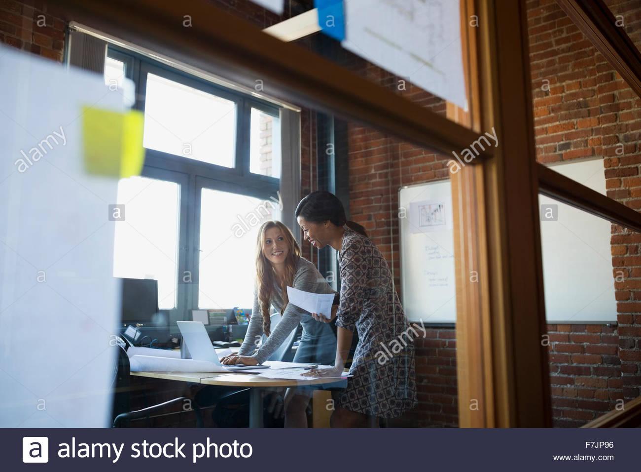Imprenditrici lavoro in ufficio Immagini Stock