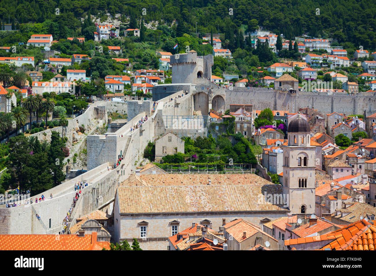 Dubrovnik, Dubrovnik-Neretva County, Croazia. Visitatori sulla passeggiata delle mura della città vecchia. Immagini Stock