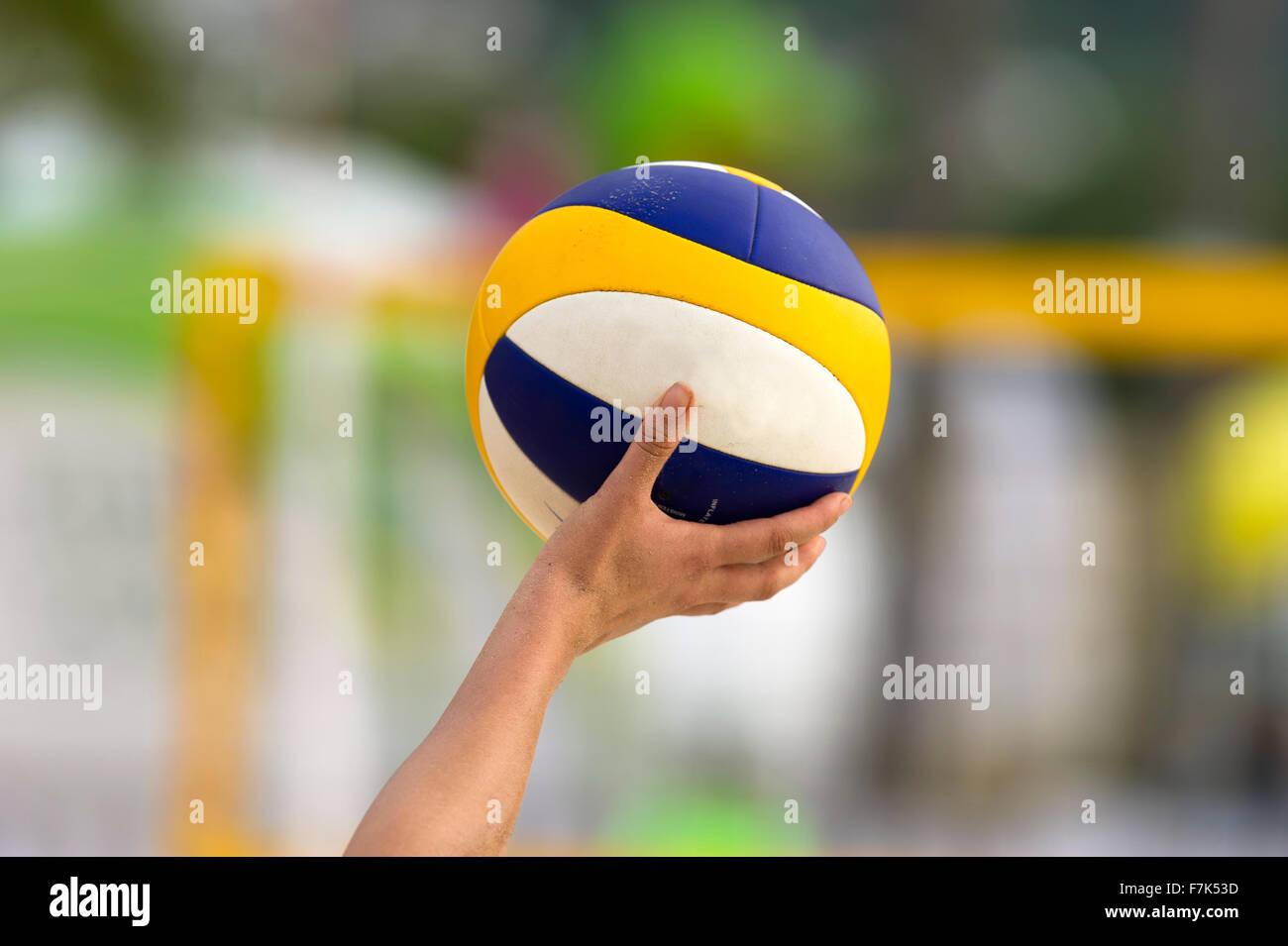 La pallavolo è un campo di pallavolo essendo trattenuto da un giocatore di volleyball pronta per essere servita. Immagini Stock