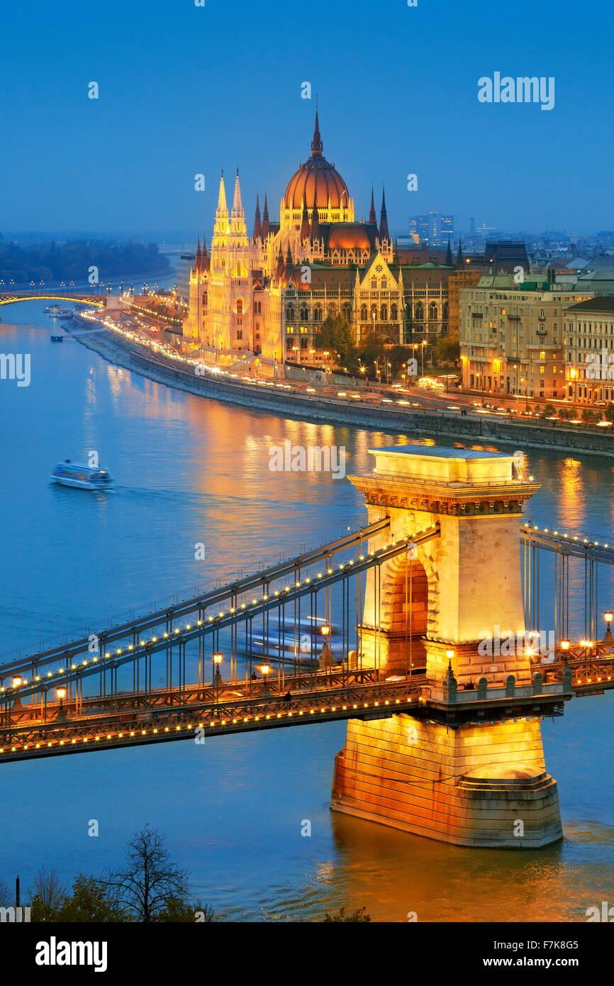 Parlamento ungherese - Vista sul Ponte delle Catene e il Palazzo del Parlamento, il fiume Danubio, Budapest, Ungheria Foto Stock
