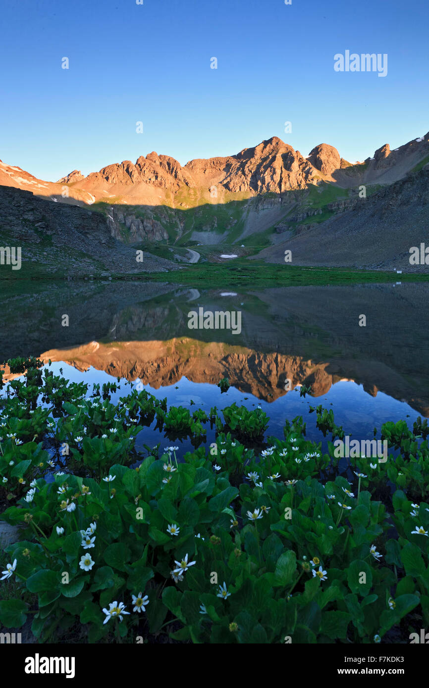 Le montagne si riflette sul laghetto vicino Clear Lake, San Juan National Forest, Colorado, STATI UNITI D'AMERICA Immagini Stock