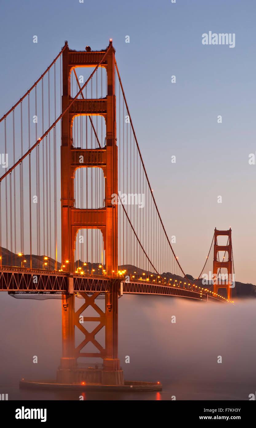 Il Ponte Golden Gate e la nebbia di San Francisco, California USA Immagini Stock