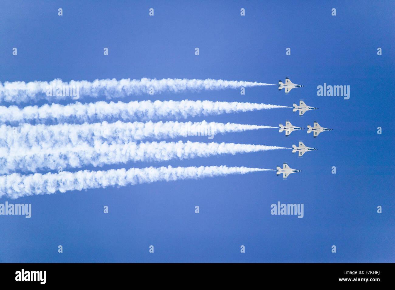 Sei US Air Force F-16C Fighting Falcons, noto come i Thunderbirds, volare in formazione con rimorchio bianco di fumo oltre la 42Base Navale Ventura County (NBVC) Air Show a Point Mugu, Ventura County, California del Sud. Foto Stock