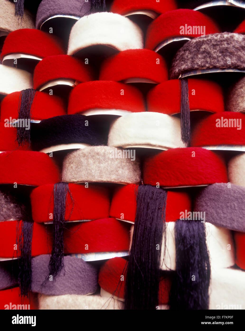 Cappelli sui ripiani nel souk di Tunisi. Tunisi è la capitale della Tunisia. Il Nord Africa. Immagini Stock