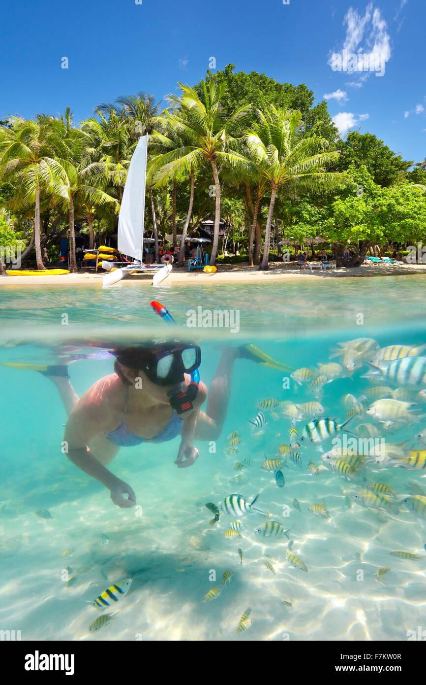 La donna lo snorkeling nel mare tropicale, Ko Samet Island, Thailandia, Asia Immagini Stock