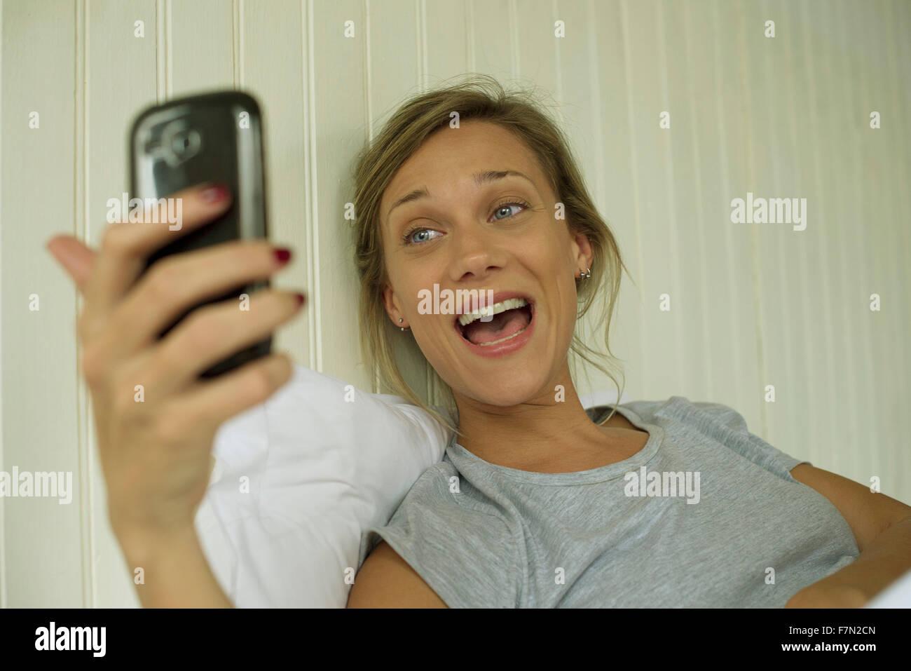 Donna sorridente, tenendo selfie Immagini Stock