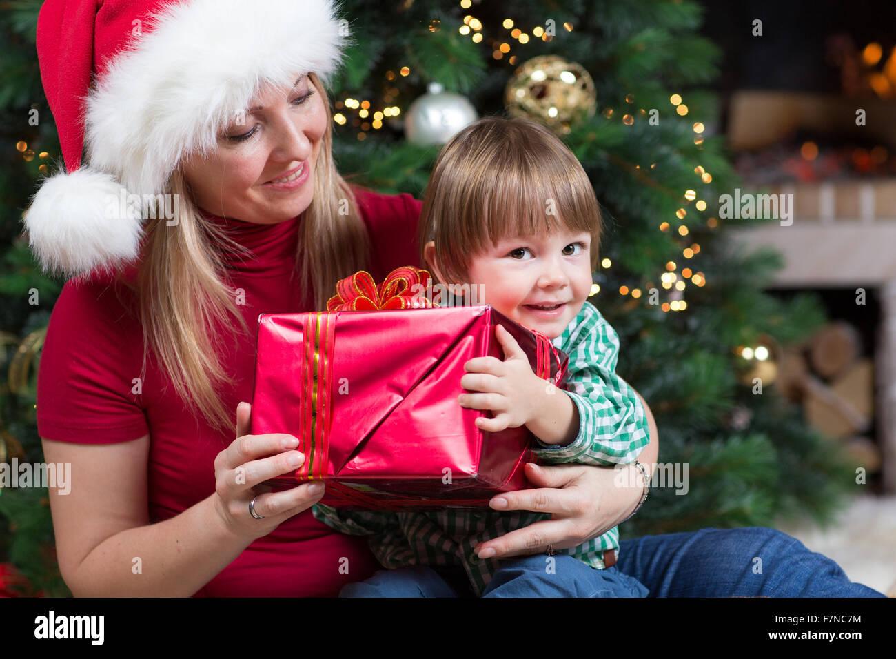 Regali Di Natale Bimbi.Donna Felice Da Avvolto Regali Di Natale Doni Al Bambino Neonato