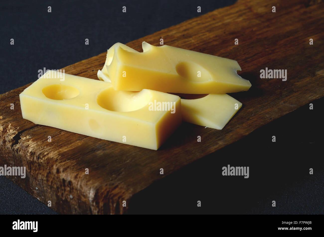 Pezzi e fette di fresco formaggio Emmental Immagini Stock