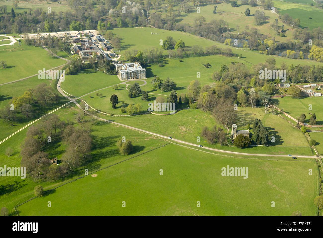 Una veduta aerea di Calke Abbey, Derbyshire. Vi sono bellissime, ancora sbiadita, giardini recintati e l'Orangery, Immagini Stock