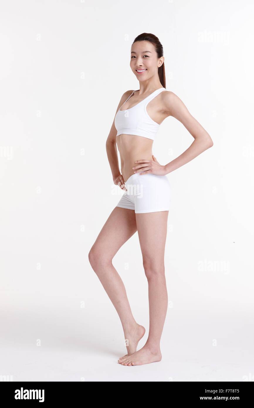 In piedi di una donna vestita in abbigliamento sportivo Immagini Stock