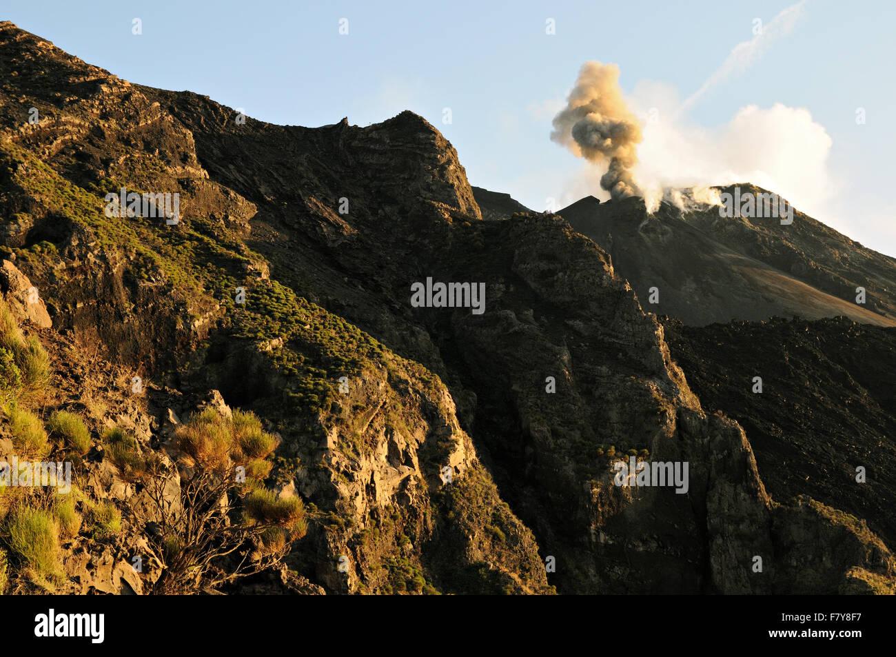 Eruzione di cenere al vulcano Stromboli e le isole Eolie, in Sicilia, Italia Immagini Stock