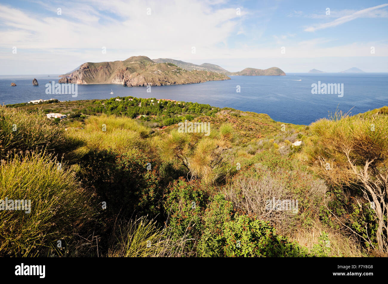 Isola di Lipari visto da Vulcanello, Vulcano, Isole Eolie, in Sicilia, Italia Immagini Stock