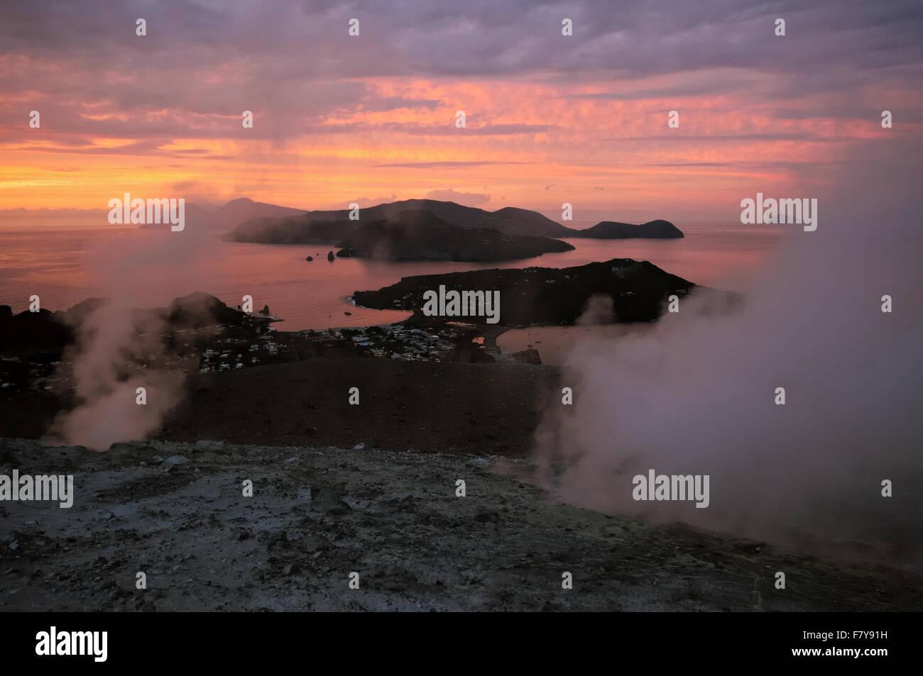 Vulcanello Lipari e Salina visto dal cratere attivo del Vulcano (Gran Cratere) al tramonto, Isole Eolie, in Sicilia, Immagini Stock
