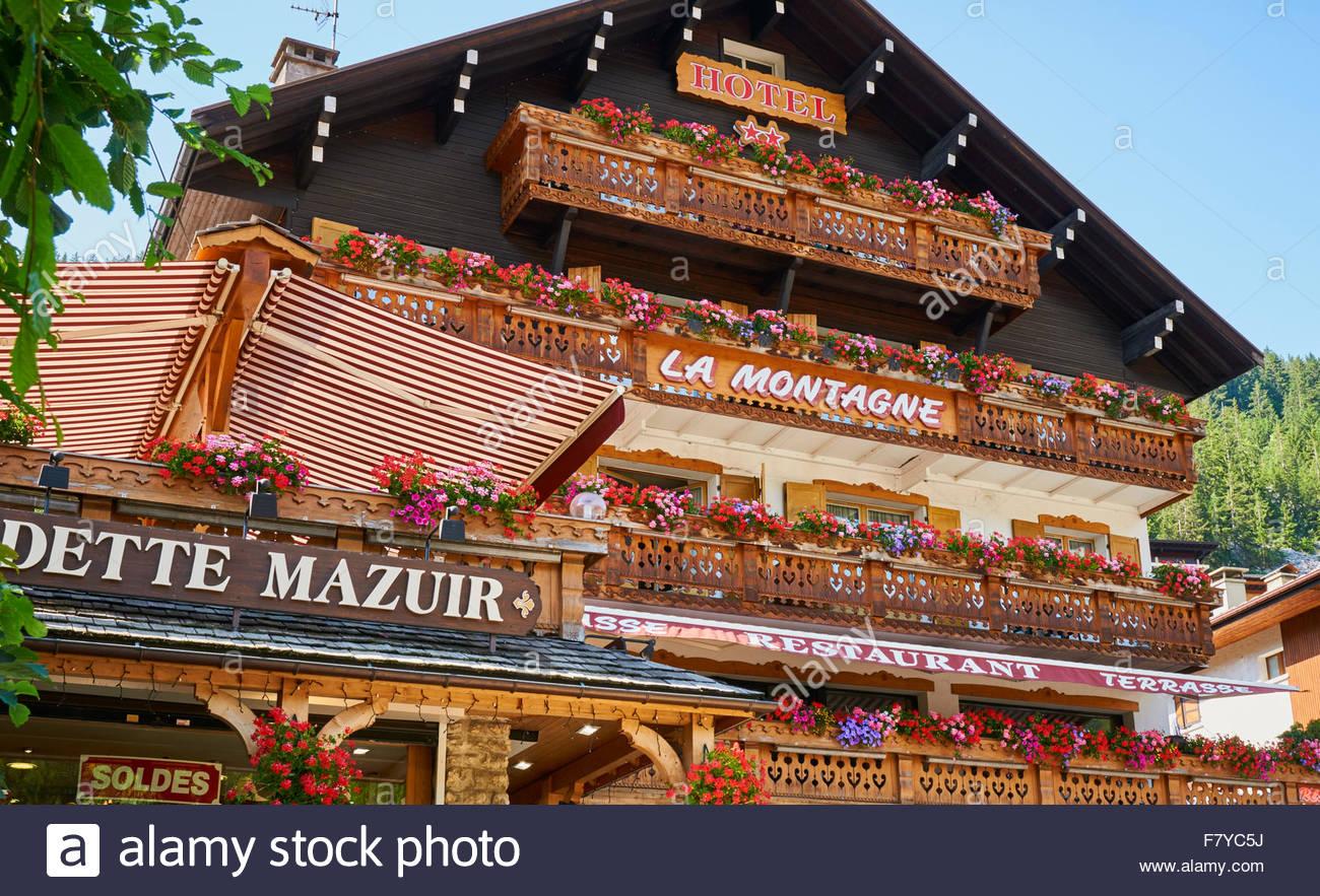 Hotel La Montagne e ristorante a La Clusaz nelle alpi francesi in Francia Immagini Stock