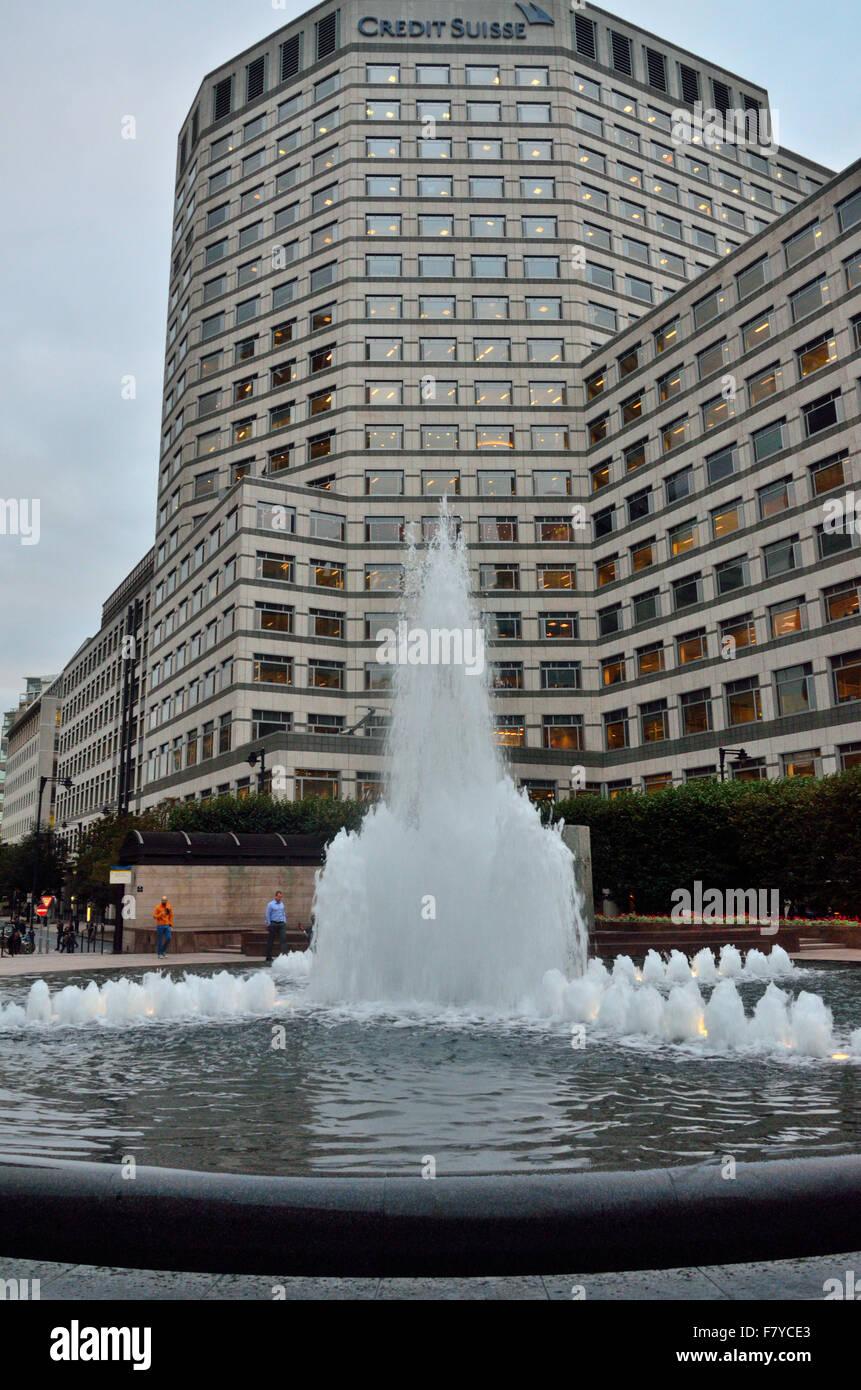 Banca che domina una fontana nel centro finanziario di Canary Wharf, Londra Immagini Stock