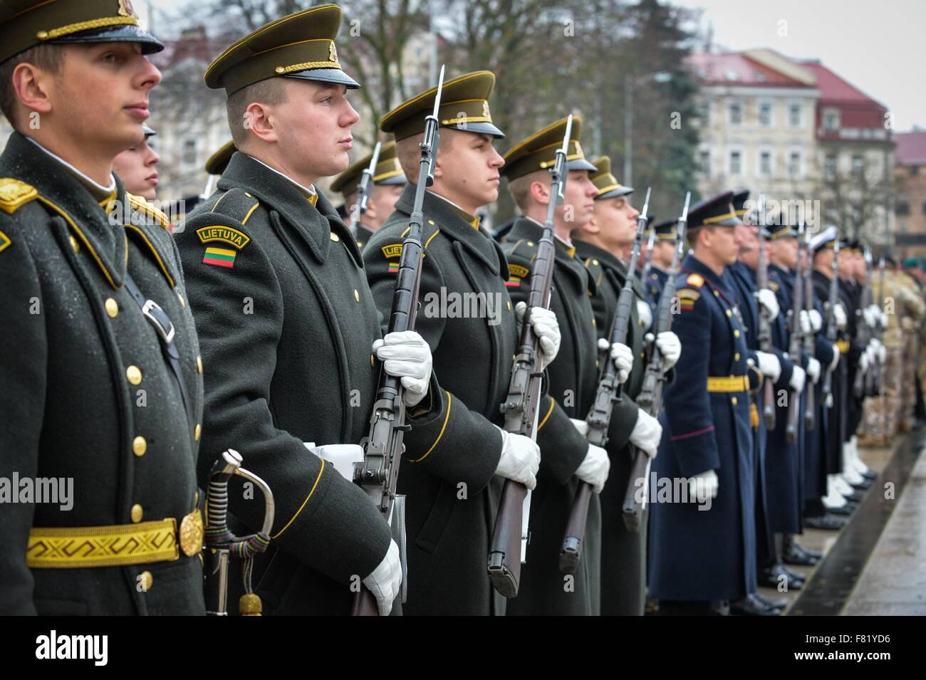 Il lituano truppe stand in formazione durante il lituano Forze Armate parata del giorno in Piazza Duomo Novembre Immagini Stock