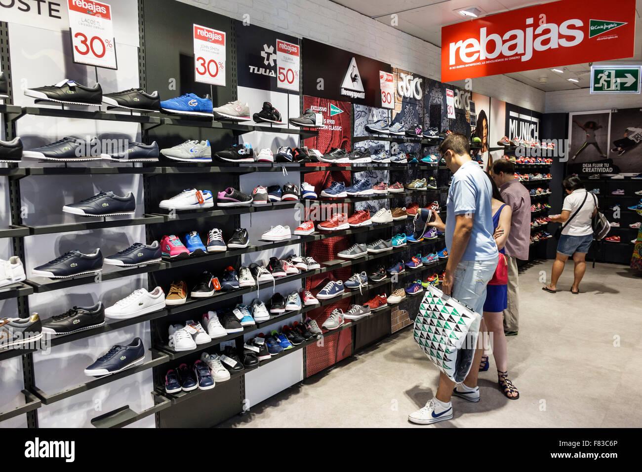 Spagna europa ispanica Spagnolo Madrid Centro El Corte Ingles department  store shopping pattino atletico del reparto vendita scaffali display d93755bed8b73