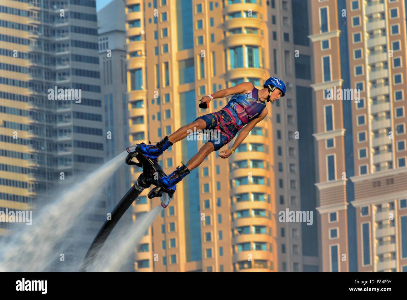 Flyboarder maschio in Dubai EMIRATI ARABI UNITI Immagini Stock